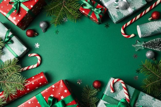 Różne akcesoria świąteczne na zielonym stole