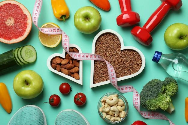 Różne akcesoria zdrowego stylu życia na tle mięty