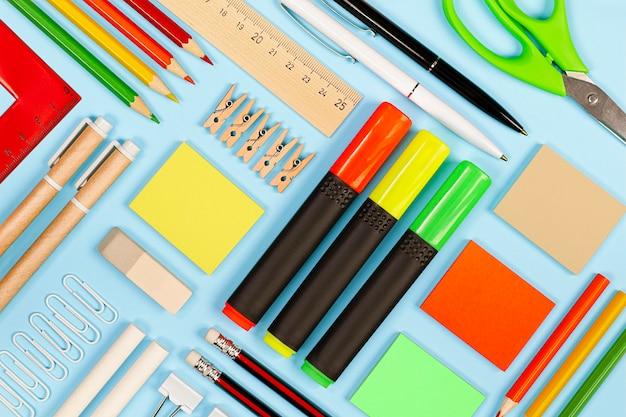 Różne artykuły papiernicze na jasnoniebieskim tle, technika knollowania
