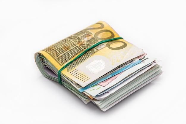Różne banknoty euro w pakiecie na białym tle