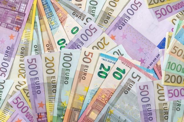 Różne banknoty euro