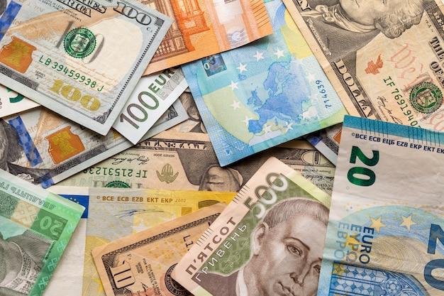 Różne banknoty., ukraińskie rachunki w walucie krajowej, dolary amerykańskie i euro.