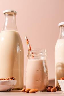 Różne bezmleczne wegańskie mleko roślinne i składniki