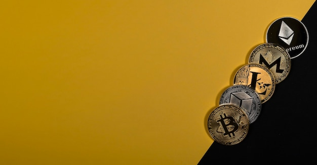 Różne błyszczące monety kryptowaluty bitcoin litecoin ethereum monero i neo na żółtym i czarnym ...