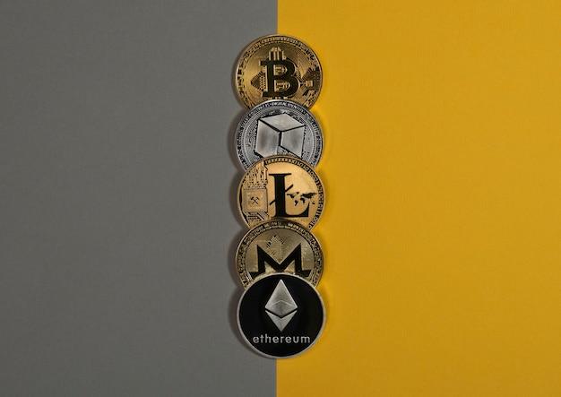 Różne błyszczące monety kryptowaluty kryptowaluta bitcoin litecoin eth monero i neo na żółtym i...