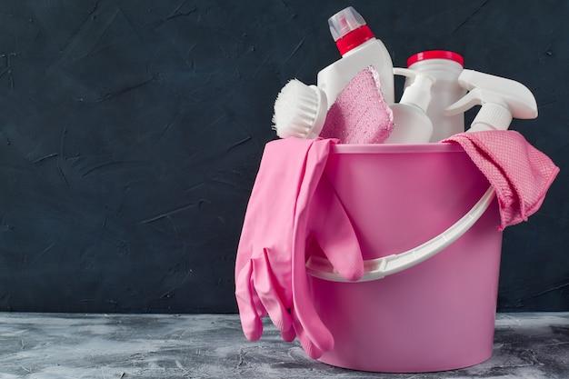 Różne butelki detergentu. wszystko do czyszczenia w jednym wiadrze. inwentarz dla pokojówki. inwentarz dla pokojówki. ochrona przed wirusami. dezynfekcja domu, biura, mieszkania.