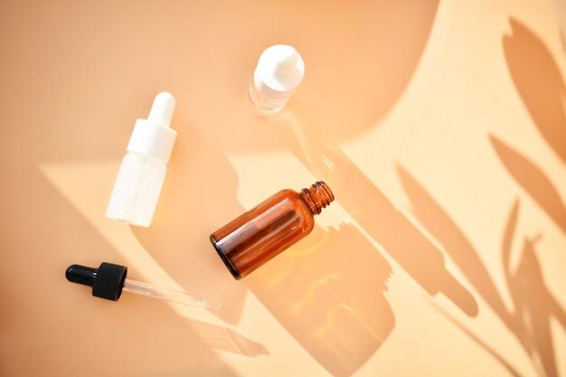 Różne butelki kosmetyczne z kontrastującymi cieniami, produkt organiczny, medycyna alternatywna. skopiuj miejsce