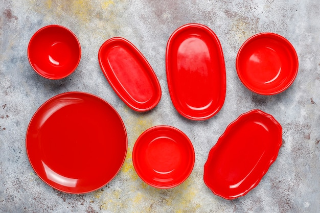 Różne ceramiczne puste talerze i miski.