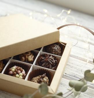 Różne cukierki i ozdoby świąteczne