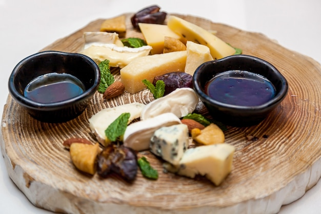 Różne dania i przekąski z sera na świątecznym stole.