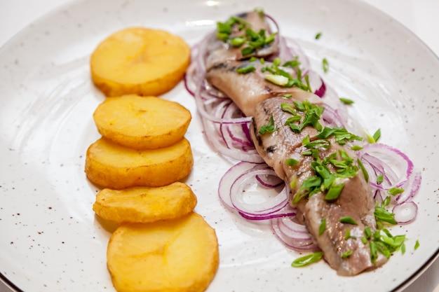 Różne dania rybne i przekąski na świątecznym stole.
