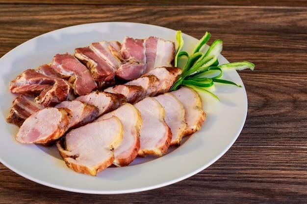 Różne deli wędliny na talerzu. selektywne skupienie. talerz wędlin mięsnych