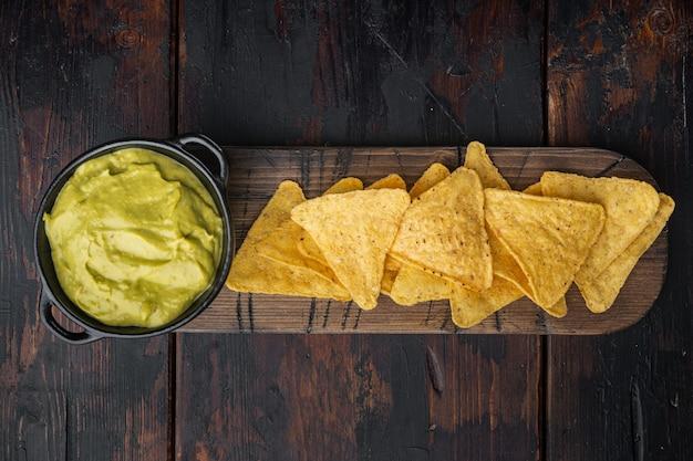 Różne dipy i sosy do nachos, na starym drewnianym stole, widok z góry lub na płasko