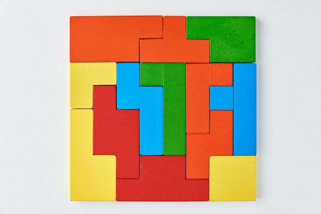 Różne drewniane klocki na białym tle. pojęcie logicznego myślenia i edukacji