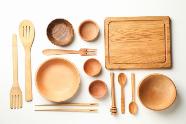 Różne drewniane naczynia na białym tle