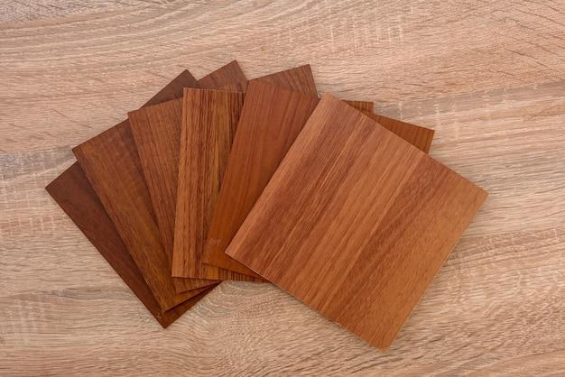 Różne drewniane próbniki w miejscu pracy z bliska