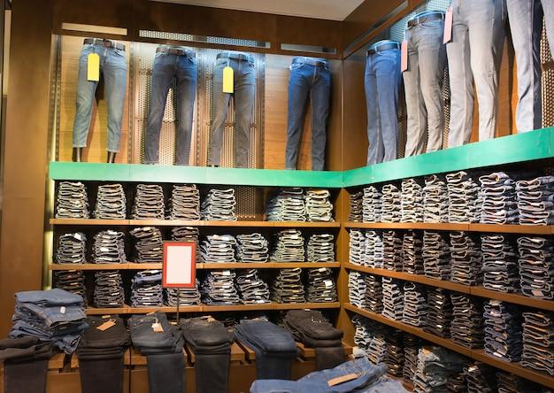 Różne dżinsy na manekinach w sklepie odzieżowym
