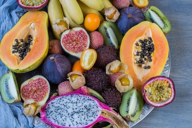 Różne egzotyczne owoce na talerzu