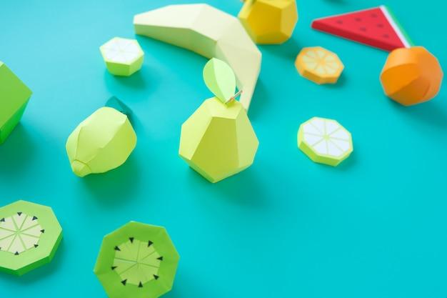 Różne egzotyczne owoce wykonane z papieru na modnym tle mięty