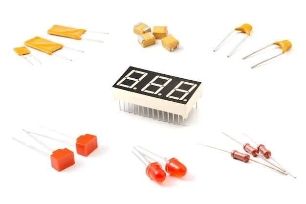Różne elementy elektroniczne, zbliżenie ustawione na odizolowanej białej powierzchni
