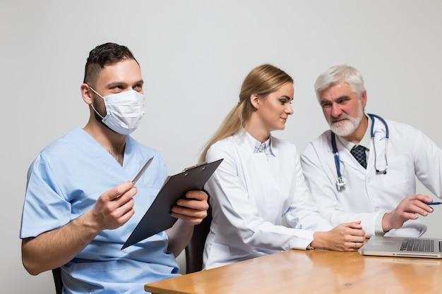 Różne emocje stały profesjonalny chirurg chirurgiczny