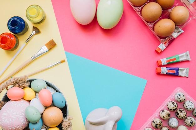 Różne farby i jajka