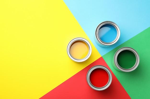 Różne farby na wielokolorowej powierzchni