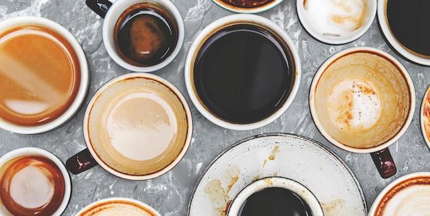 Różne filiżanki do kawy na marmurowym tle