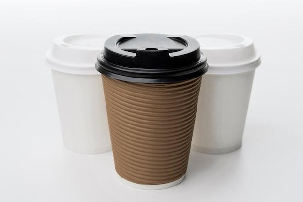 Różne filiżanki do kawy pod wysokim kątem