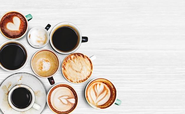 Różne filiżanki kawy na tle z teksturą