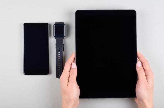 Różne gadżety mobilne, telefon komórkowy, tablet i inteligentny zegarek
