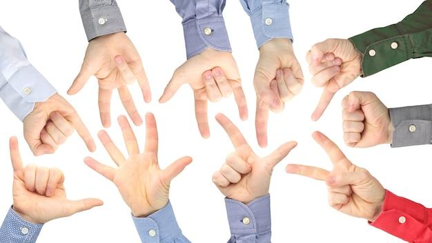 Różne gesty męskich dłoni między sobą na białej przestrzeni