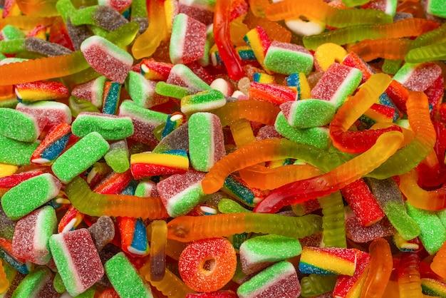 Różne gumowate cukierki. widok z góry. galaretki słodycze tło.