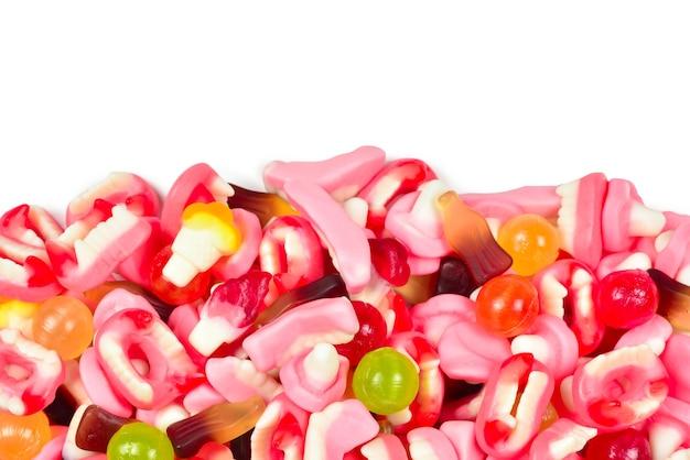 Różne gumowate cukierki. widok z góry. słodycze galaretkowe.