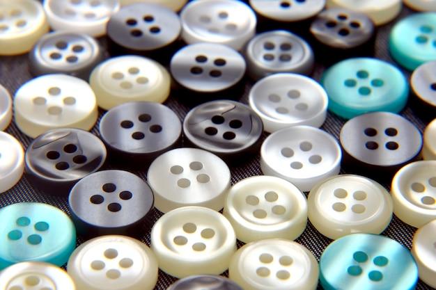 Różne guziki z masy perłowej na tkaninie
