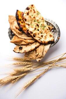 Różne indyjskie koszyki chleba obejmują chapati, tandoori roti lub naan, paratha, kulcha, fulka, missi roti