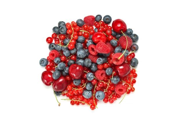 Różne jagody izolowane widok z góry