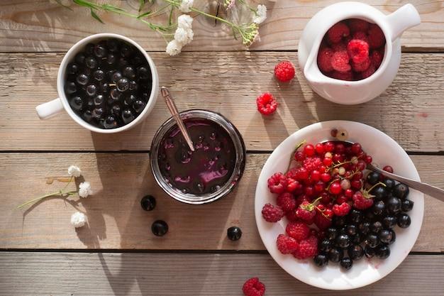 Różne jagody na drewnianym stole