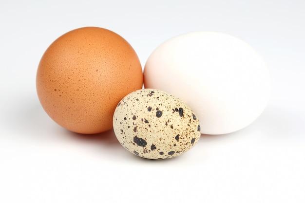 Różne jaja kurze na na białym tle