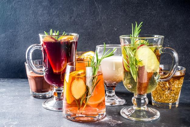 Różne jesienne koktajle z grzanym winem, piwem imbirowym, rumem z masłem na gorąco, ponczem, cydrem, sangrią