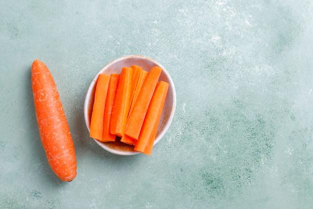 Różne kawałki marchewki w miskach.
