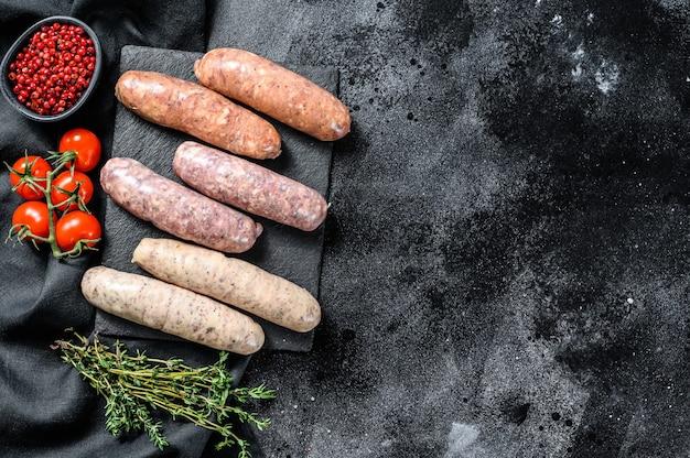 Różne kiełbaski mięsne z grilla