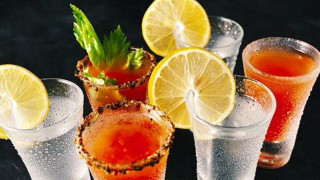 Różne koktajle alkoholowe w nocnym klubie.