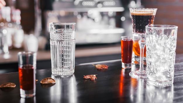 Różne koktajle w barze