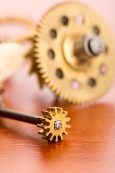 Różne koła zębate zegara na drewnianym stole makro