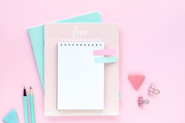 Różne kolorowe artykuły papiernicze do szkoły i biura na różowo z copyspace