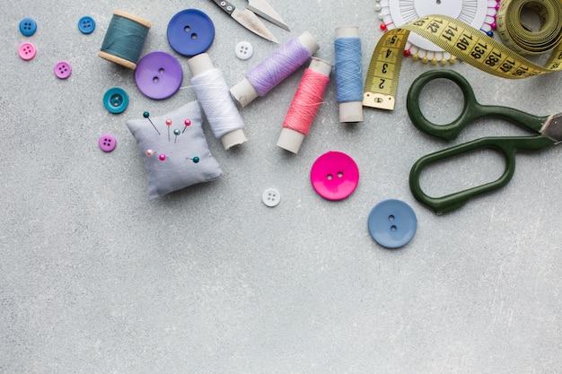 Różne kolorowe dodatki pasmanteryjne