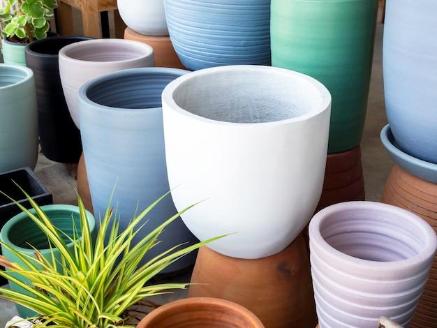 Różne kolorowe donice ceramiczne w sklepie. pusta geometryczna doniczka ceramiczna.