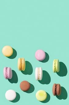 Różne kolorowe francuskie ciasteczka macarons
