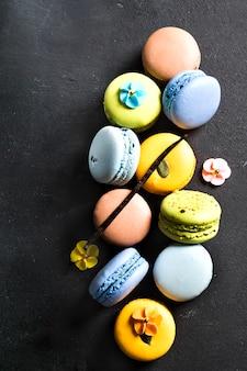 Różne kolorowe francuskie ciasteczka makaroniki